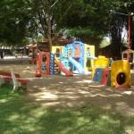 Parque com brinquedos e caixa de areia